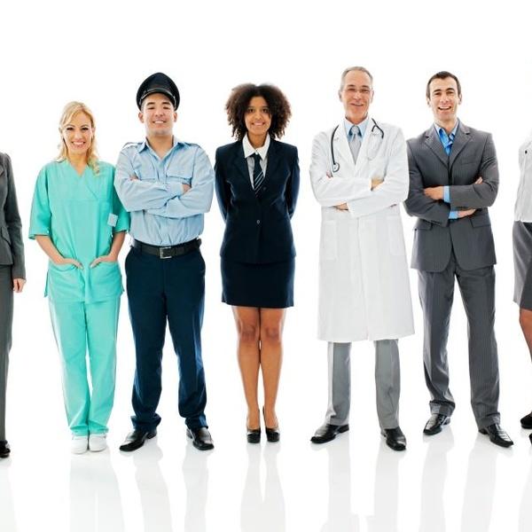Cómo elegir un uniforme corporativo para su equipo en la oficina